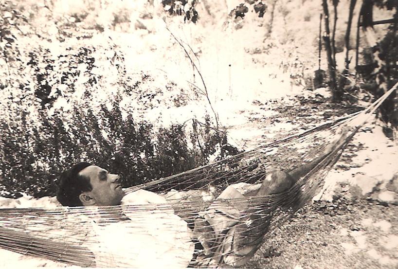 João Cabral descansa em rede na cidade de Marselha, na França, nos anos 50