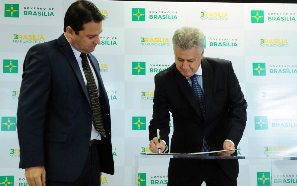 Governador Rodrigo Rollemberg e senador Reguffe assinam normas do Nota Saúde Legal (Foto: Pedro Ventura/Agência Brasília)