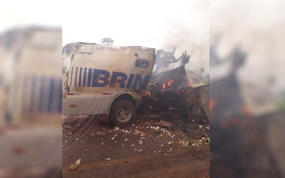 Carro-forte destruído após ataque de ladrões na BR-070, em Montes Claros de Goiás (Foto: TV Anhanguera/Reprodução)