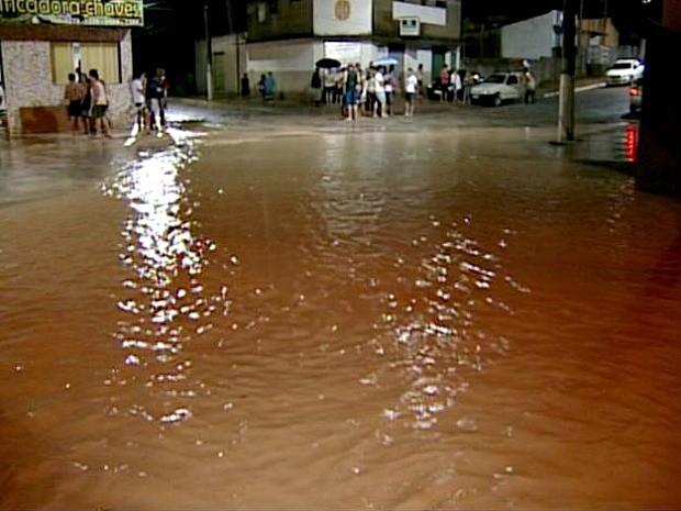Chuva causa alagamento e interdita BR-101 em Aracruz, Espírito Santo (Foto: Reprodução/TV Gazeta)