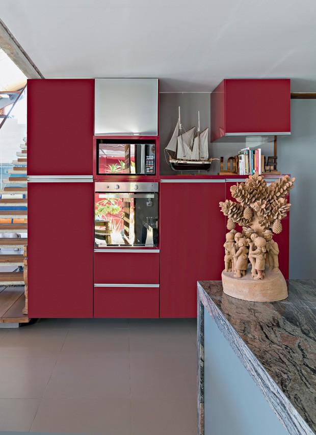 Cozinha | Além dos nichos para os fornos, o arquiteto criou áreas abertas no armário para apoiar peças de artesanato regional (Foto: Fotos e produção Projeto Sertões)