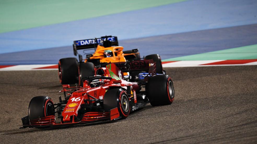 Charles Leclerc, da Ferrari, e Daniel Ricciardo, da McLaren, disputam posição no GP do Bahrein da F1 2021 — Foto: Clive Mason - Formula 1/Formula 1 via Getty Images