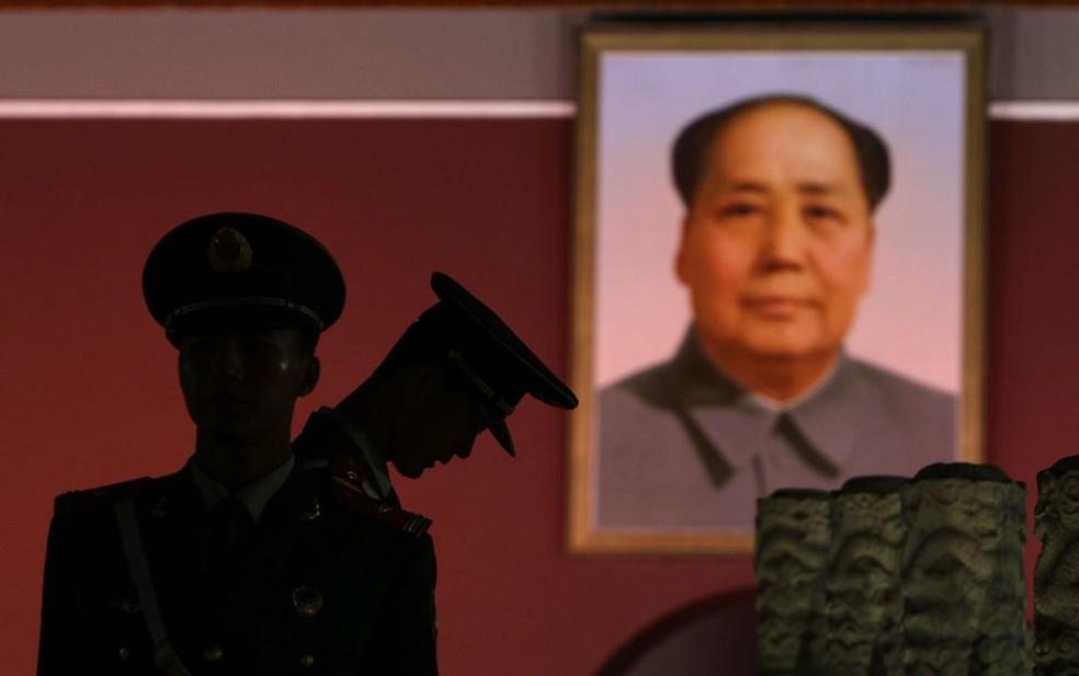 -  Paramilitares chineses fazem guarda em frente a um retrato gigante do líder póstumo chinês Mao Tsé-Tung no Portão de Tiananmen, em Pequim  Foto: Jaso