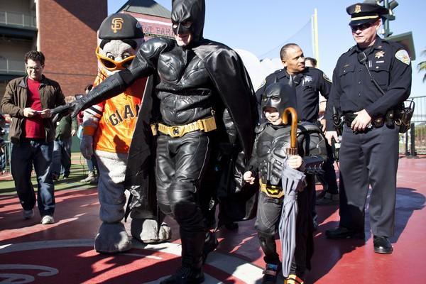 O pequeno Miles Scott em foto de 2013 com ele vestido como o BatKid (Foto: Getty Images)