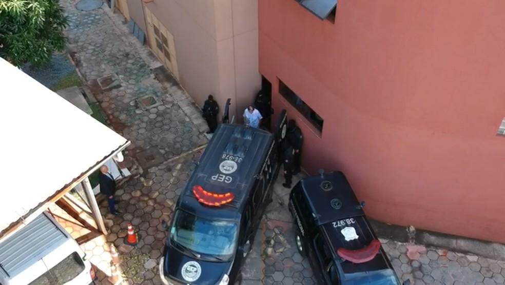 João de Deus entra em veículo do sistema penitenciário após prestar depoimento ao Ministério Público de Goiás nesta quarta-feira (26) — Foto: Eduardo Silva/TV Anhanguera