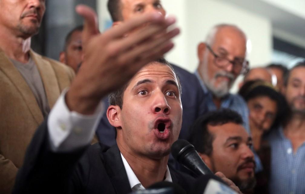 Juan Guaidó fala com funcionários públicos em Caracas nesta terça (5) — Foto: Iván Alvarado/Reuters
