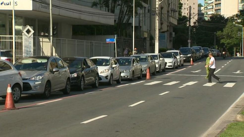 Motoristas enfrentam fila para abastecer em um posto de combustível de Vitória (Foto: Carlos Palito/ TV Gazeta)