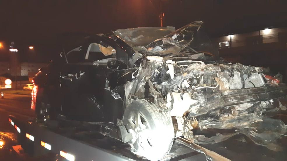 Carro ficou destruído após batida na BR-369 — Foto: PRF/Divulgação