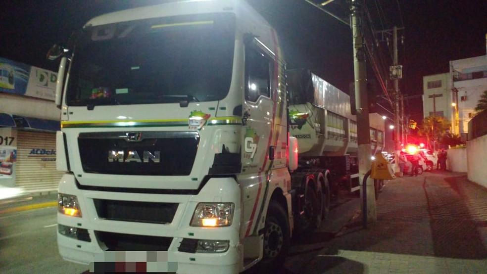 Caminhão roubado foi recuperado e dois homens foram presos — Foto: Polícia Militar