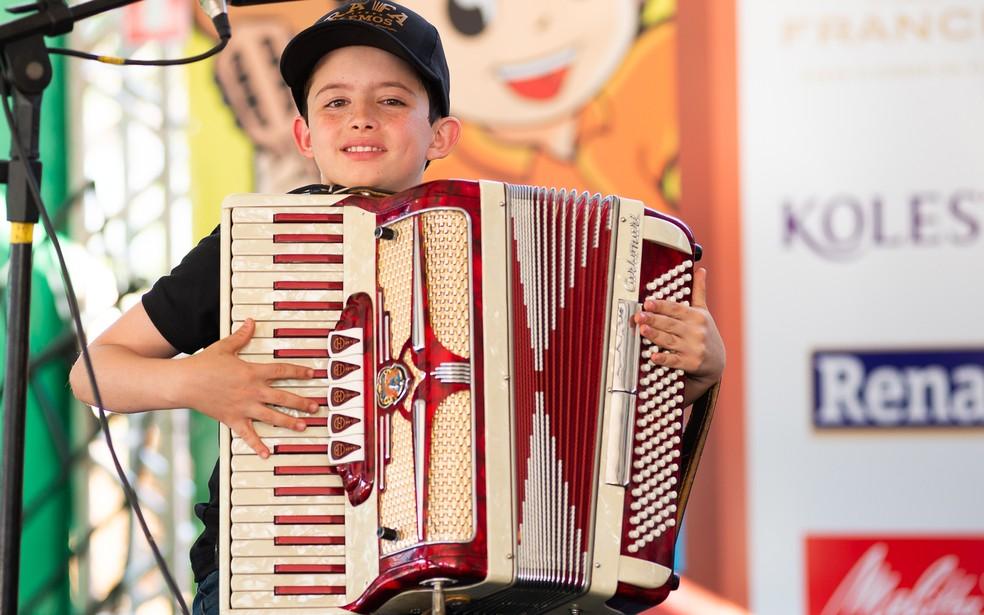 O cantor mirim Rafael Lemos conta com o apoio do pai para investir na carreira de músico — Foto: Érico Andrade / G1