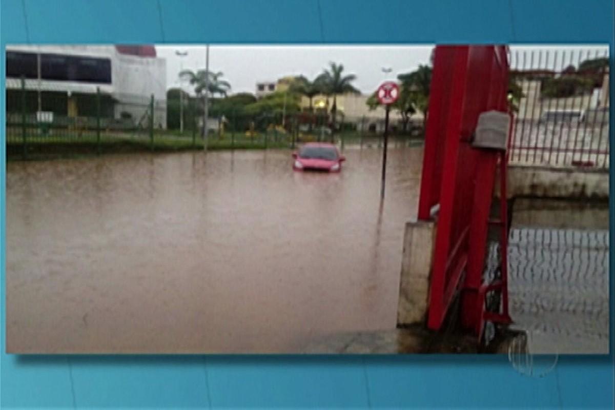 Ferraz de Vasconcelos tem ponto de inundação por causa de chuva