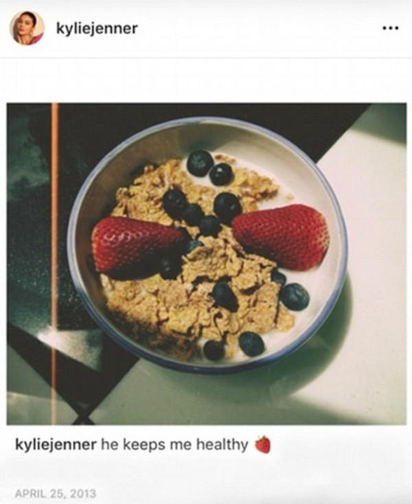 A foto compartilhada por Kylie Jenner em 2013 na qual ela aparece comendo cereal com leite (Foto: Instagram)