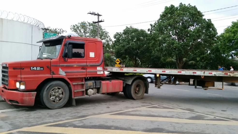 Caminhão que transportava o container com a droga, no Espírito Santo, também foi levado para a sede da PF (Foto: Fábio Linhares/TV Gazeta)