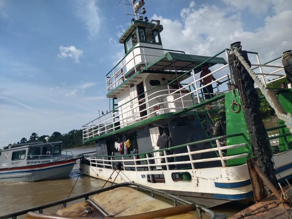 Embarcação é flagrada transportando madeira ilegal em Igarapé-Miri, no Pará. — Foto: Reprodução / PM-PA