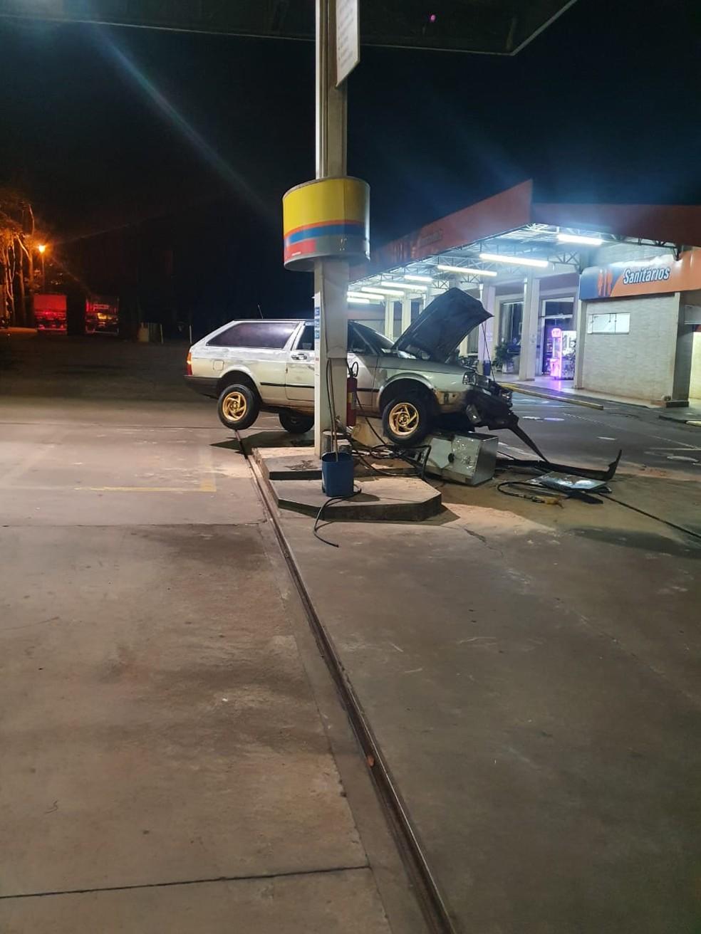 Indivíduo fugiu e 'jogou o carro' contra uma bomba de combustível, mas não se feriu — Foto: Polícia Militar