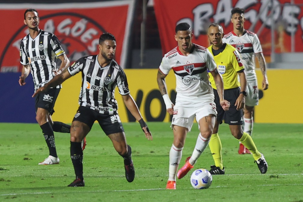 Atacante Luciano, do São Paulo, é marcado pelo zagueiro Nathan Silva, do Atlético-MG — Foto: Marcello Zambrana/AGIF