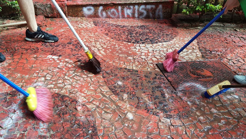 Grupo se mobiliza para limpar prédio de Cármen Lúcia em BH (Foto: Frederico Dávila/TV Globo)