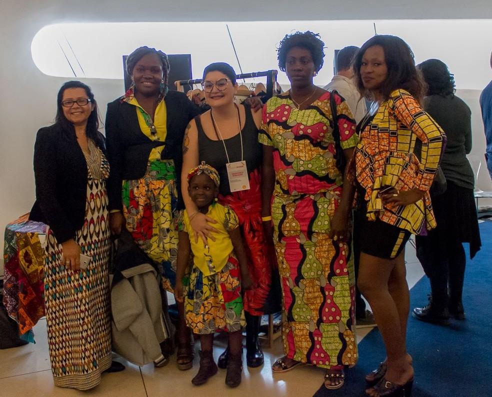 """Emanuela Farias (centro) com as mulheres atendidas pela ONG """"Mulheres do Sul Global"""" (Foto: Divulgação/Mulheres do Sul Global)"""