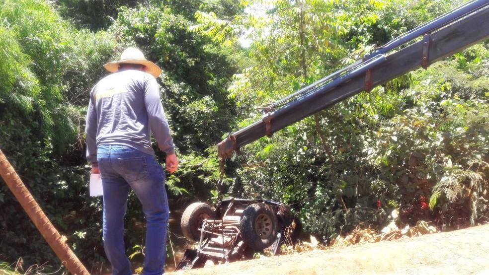 Veículo foi retirado de córrego com um guincho (Foto: Nayana Bricat/ TVCA)