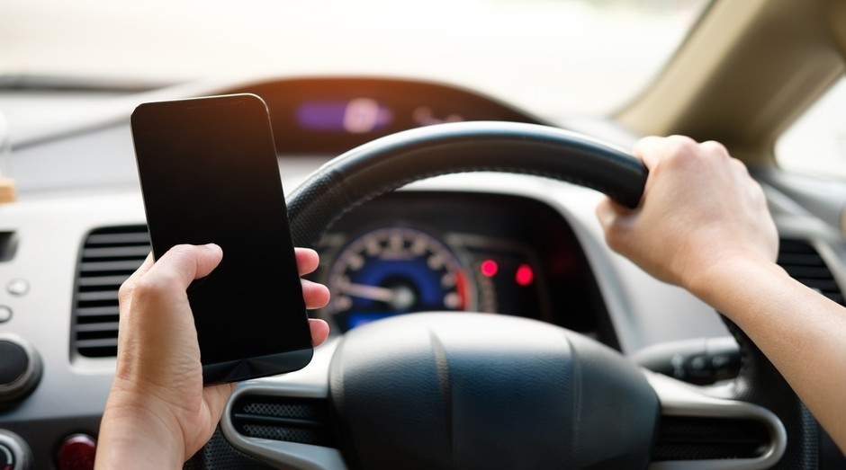 Usando celular no carro; smartphone (Foto: Pexels)
