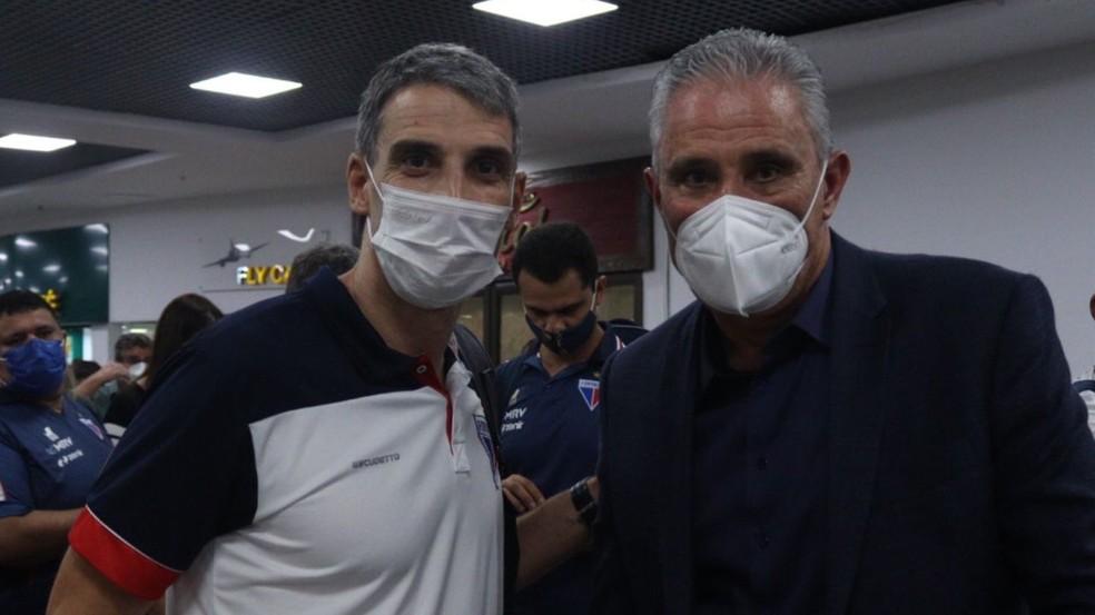 Vojvoda, técnico argentino do Fortaleza, em encontro com Tite no aeroporto de Porto Alegre — Foto: Leonardo Moreira / Fortaleza EC