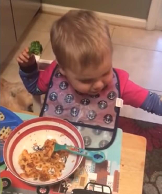 Menino jogando brócolis no chão (Foto: Reprodução Youtube)