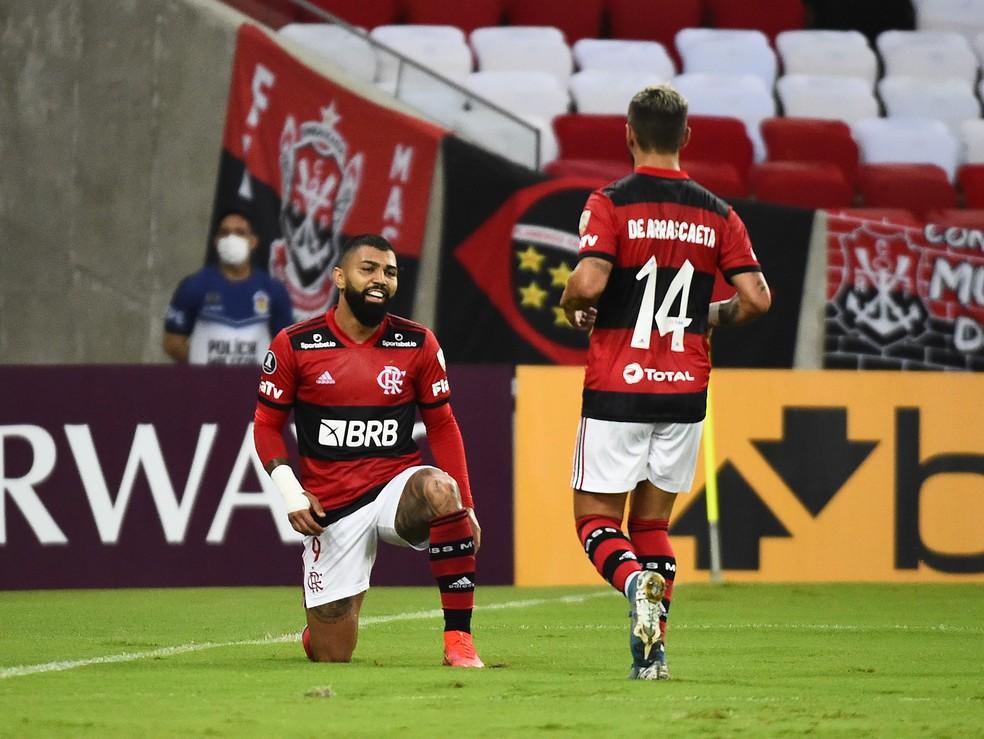 Gabigol e Arrascaeta comemoram gol do Flamengo contra o La Calera — Foto: André Durão