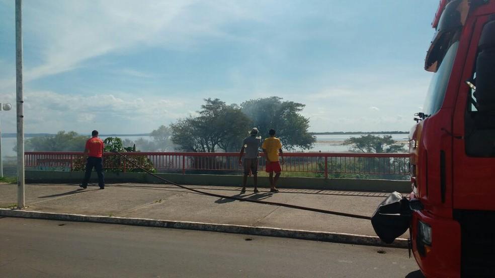Bombeiros foram enviados ao local para combater o fogo (Foto: Paulo Ledur/RBS TV)