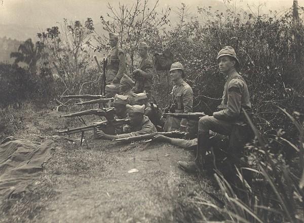 Soldados paulistas em formação de combate, durante revolta de 1932