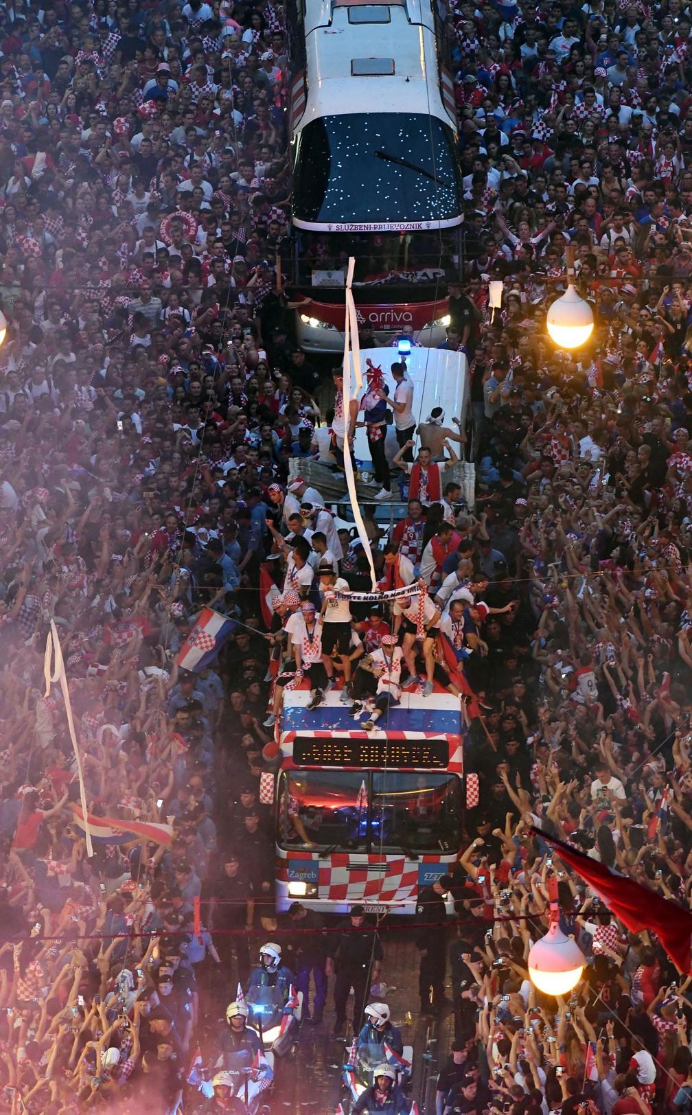 Seleção da Croácia cruza multidão em carro aberto durante festa de recepção após 2º lugar na Copa (Foto: Denis Lovrovic/AFP)