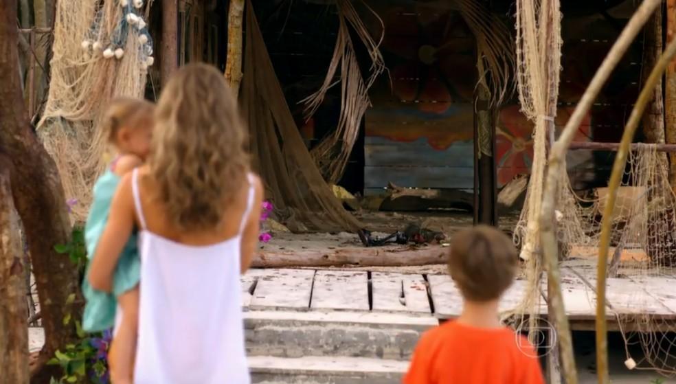 Ester (Grazi Massafera) e os filhos ficam chocados com destruição da cabana - 'Flor do Caribe' — Foto: Globo