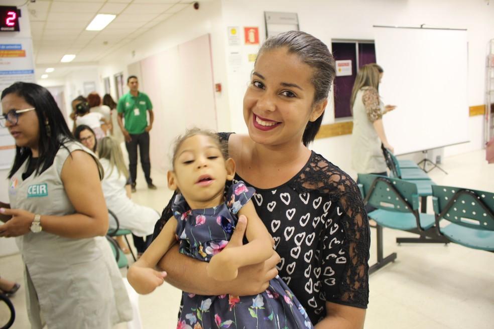 Vitória araújo com a fílha Alícia Valentina  (Foto: Ellyo Teixeira/G1)