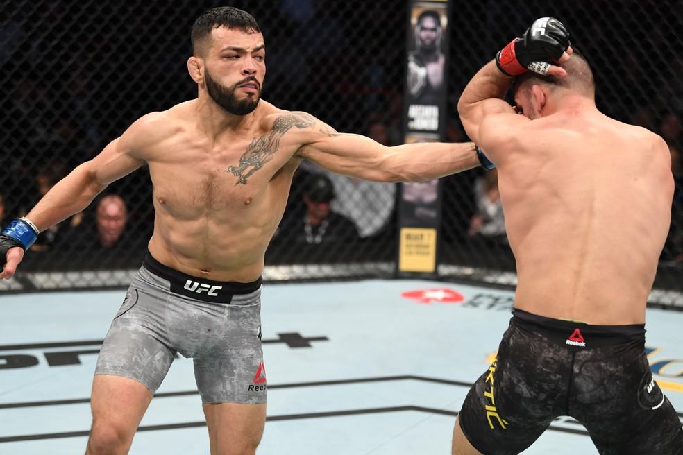 Dan Ige golpeia Mirsad Bektic no UFC 247 — Foto: Getty Images