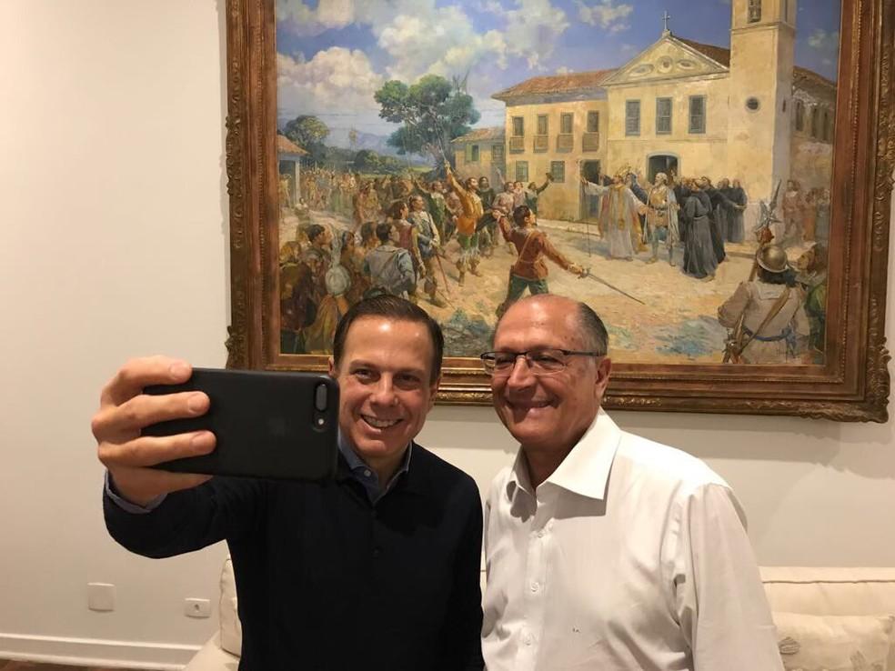 Doria e Alckmin fazem selfie domingo à noite (Foto: Reprodução/João Doria/Twitter)