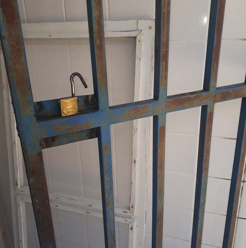 Cadeado da porta que dá acesso á cozinha foi arrombado (Foto: Marksuel Figueredo/Inter TV Cabugi)