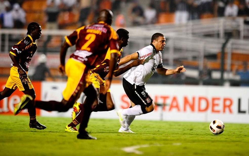Ronaldo pelo Corinthians contra o Tolima — Foto: Marcos Ribolli/GloboEsporte.com