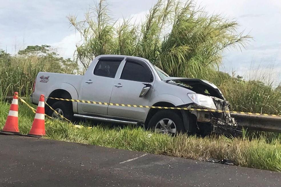A caminhonete do empresário de Lins parou na proteção metálica após chocar-se lateralmente com um caminhão — Foto: Robertinho Coletta/Jornal Candeia