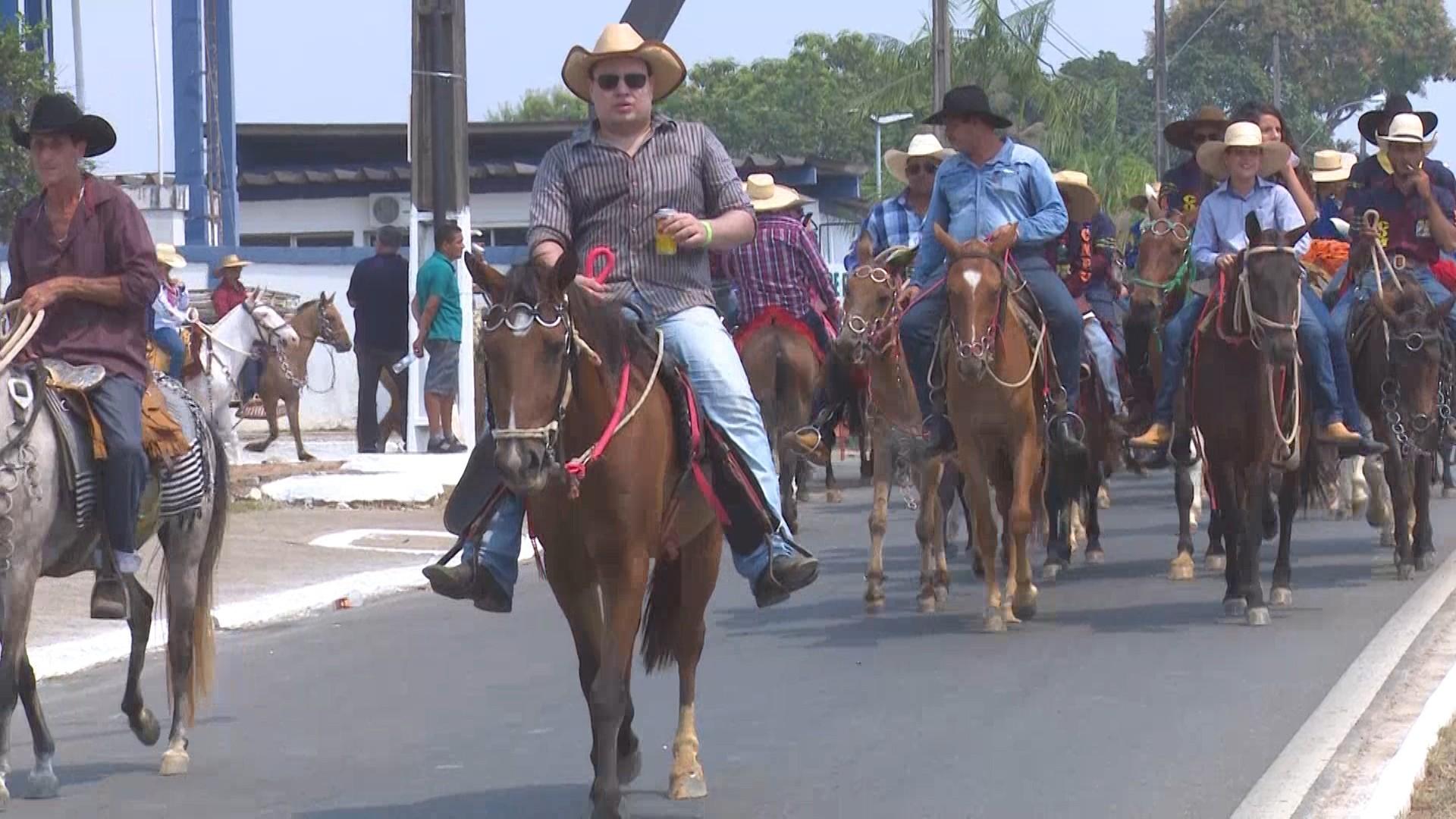 Mais de 10 mil pessoas participam da Cavalgada na abertura da 40ª Expojipa, em RO - Notícias - Plantão Diário