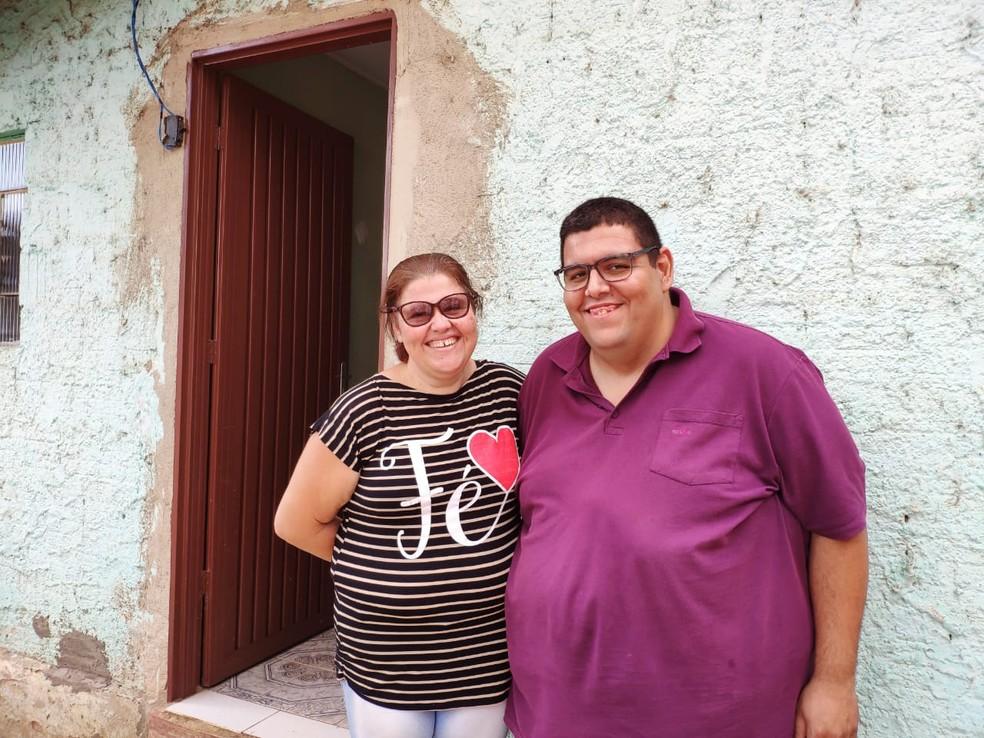 César Augusto e Andréia Cristina esperam, ansiosamente, pelo casamento, em Goiänia, Goiás.  — Foto: Thais Barbosa