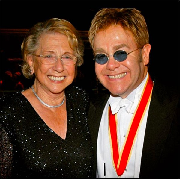 O cantor Elton John com a mãe (Foto: Instagram)