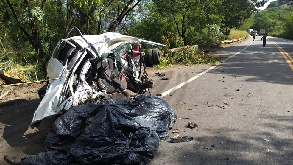 Carro de passeio ficou completamente destruído após a colisão  — Foto: Welington Silveira/Inter TV dos Vales