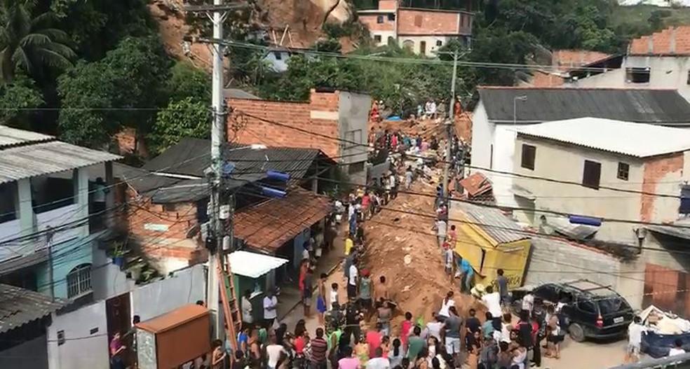 Moradores da comunidade da Boa Esperança acompanham resgate das vítimas do deslizamento em Niterói — Foto: TV Globo