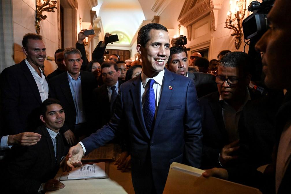 Líder da oposição venezuelana e autoproclamado presidente interino, Juan Guaidó, dirige sessão na Assembleia Nacional na terça-feira (5) — Foto: Juan Barreto / AFP