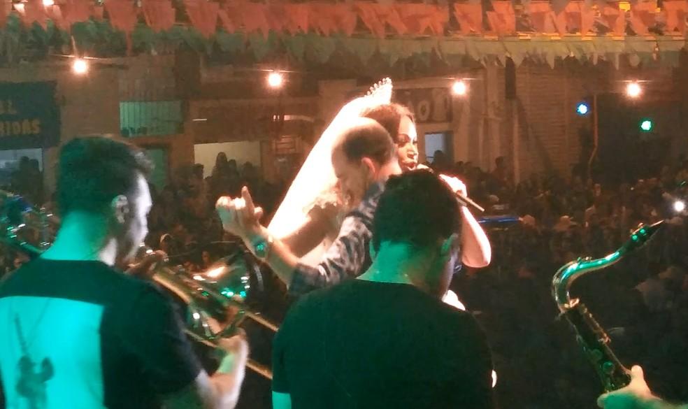 Prefeito dança em palco com cantora e é processado pelo MPF por improbidade por 'tentar se autopromover' (Foto: Reprodução)