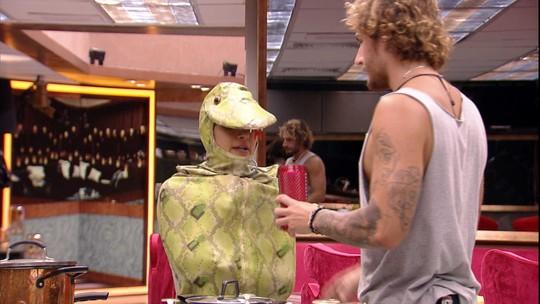 Carolina recebe ajuda de Alan e faz convite ao brother