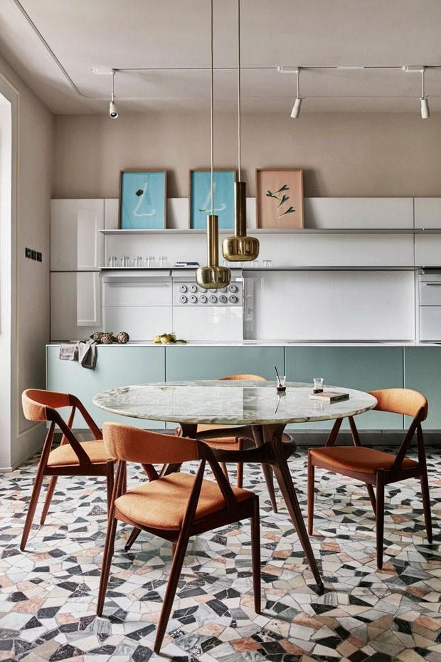 Décor do dia: sala de jantar colorida com piso marmorite (Foto: Birgitta Wolfgang/Massimo Adario)