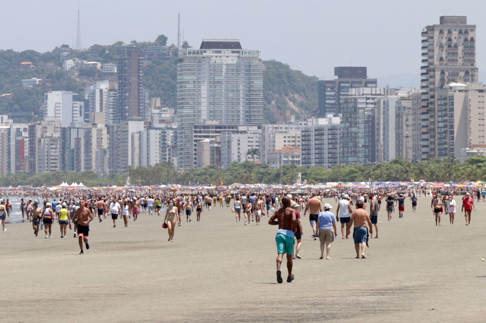 Sábado com sol e calor atrai banhistas para praias de Santos após semana chuvosa; FOTOS