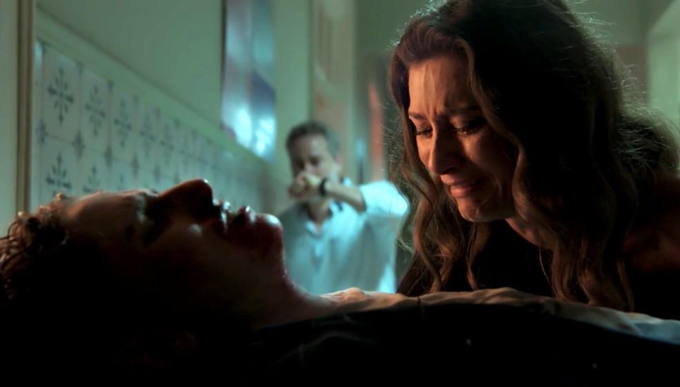 Em 'A Força do Querer', Joyce (Maria Fernanda Cândido) chama Ivan (Carol Duarte) de 'filho' — Foto: Globo