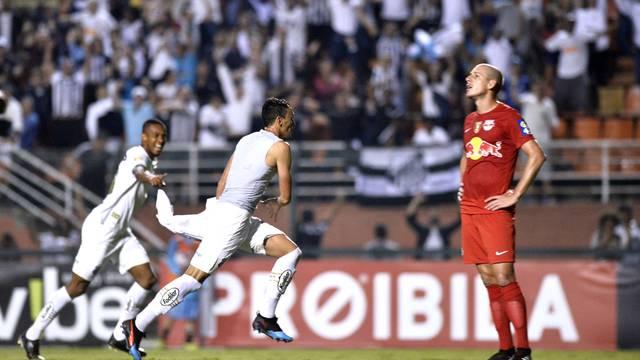 Diego Pituca tira a camisa para comemorar o segundo gol do Santos; ele levou amarelo
