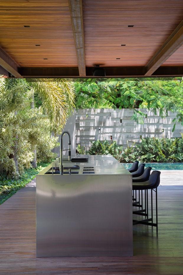 Plantas tropicais, piscina e design em uma casa feita para relaxar (Foto: Denilson Machado/ MCA Estúdio)